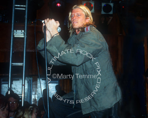 Photo of singer Wes Scantlin of Puddle of Mudd in concert in 2004 by Marty Temme