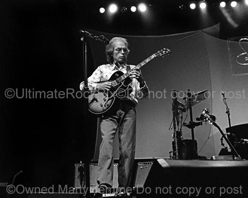 Black and white photo of Steve Howe of Yes in concert in 2003 by Marty Temme