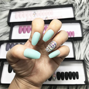 DAZZLE  MINT CRYSTAL ACCENT SOLID NAIL SET