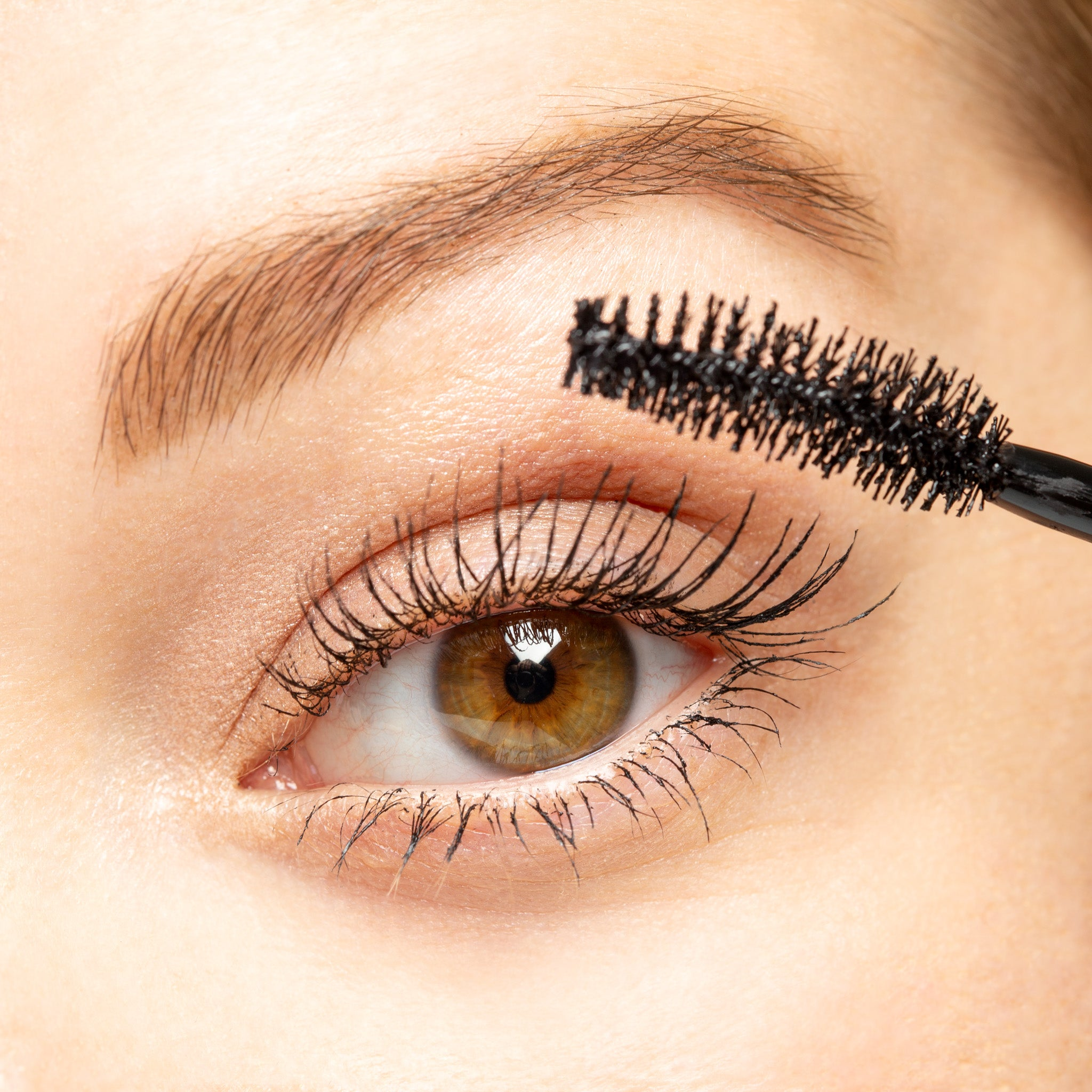 Lune+Aster Eclipse Volumizing & Curling Mascara application to eyelashes