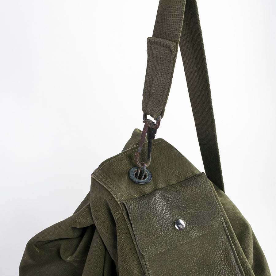 shoulder strap and metal clip closure on the vintage Army duffle - green canvas - leather - US